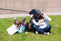 Tonårs- skolaflickor i universitetsområde Arkivfoto