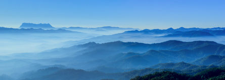 Tons brumeux de bleu d'horizons de matin photos libres de droits