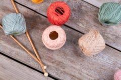 Tons en pastel de beau fil pour le tricotage Photographie stock