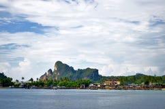Tonsai molo przy Phi Phi wyspą i zatoka, Tajlandia Zdjęcie Stock