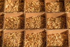 Tonto de la caja de cartón de la paja del trigo en células fotos de archivo libres de regalías