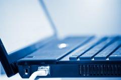tonujący błękitny laptop Obraz Royalty Free