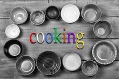 Tonware, Platten, Schüsseln, Konzept, das Lebensmittel, mehrfarbig, EM kochend Lizenzfreie Stockfotos