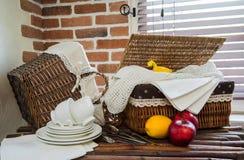 Tonware und Tischbesteck Lizenzfreies Stockfoto