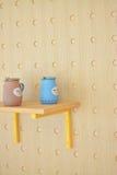 Tonwaren der japanischen Art mit hellbraunen hölzernen Wänden Lizenzfreie Stockfotos