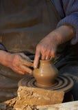 Tonwaren Hände eines Töpfers, der einen Krug vom Lehm herstellt fertigkeit Lizenzfreies Stockfoto
