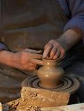 Tonwaren Hände eines Töpfers, der einen Krug vom Lehm herstellt fertigkeit stockfoto