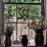 Tonwaren-Krüge auf Fensterbrett Stockbild