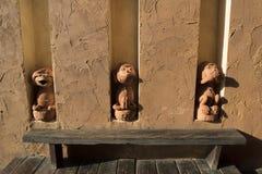 Tonwaren mit drei Affen Lizenzfreies Stockfoto