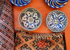 Tonwaren und ein Teppich am medina Lizenzfreie Stockfotos