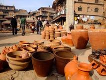 Tonwarengegenstände sind sonnengetrocknet und für Verkäufe in Quadrat Bhaktapur Durbar, Kathmandu angezeigt Lizenzfreie Stockbilder
