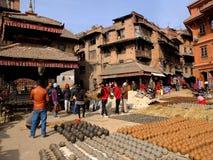 Tonwarengegenstände sind sonnengetrocknet und für Verkäufe in Quadrat Bhaktapur Durbar, Kathmandu angezeigt Lizenzfreies Stockfoto