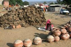 Tonwarenverkäufer in Indien Stockbilder