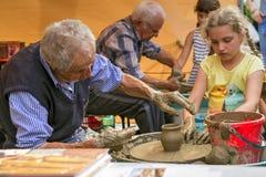 Tonwarenwerkstatt: Herstellung eines Lehmvase stockfotos