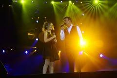 Tony Carreira et fille sur l'étape, concert de musique, projecteurs colorés Photos libres de droits