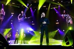 Tony Carreira sur l'étape, concert de musique, projecteurs, musiciens Photo stock