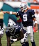 Tony Romo en la acción del NFL foto de archivo