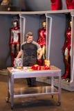 Tony Stark från modell för järnmanfilm på skärm Arkivbild