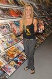 Tonya Kay ad un in-deposito che firma da Tonya Kay (www.tonyakay.com) per i suoi tarocchi della nuova emissione: Strega della Rosa Fotografie Stock