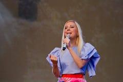 Tonya Matvienko, ukrainischer Sänger, Abschluss herauf Porträt während des Livekonzerts in Pobuzke, Ukraine, 15 07 2017, redaktio stockbild