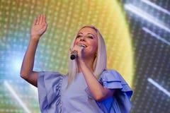 Tonya Matvienko, weithin bekannter ukrainischer Sänger, der während des Livekonzerts in Pobuzke, Ukraine, 15 lächelt 07 2017, red lizenzfreies stockbild