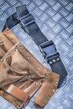Toolbelt en cuir sur l'escroquerie ondulée de construction de fond en métal Images stock