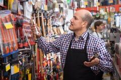 Tooling мужского продавца предлагая работая стоковое изображение rf