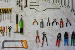 Toolwall com serrote e outras ferramentas imagem de stock