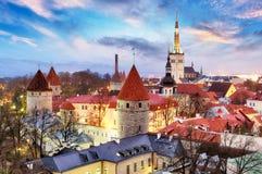 从Toompea小山的塔林,爱沙尼亚老市视图在日出 免版税库存图片
