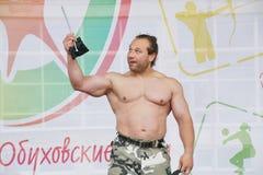 Toon de groep atletisch Petersburg kampioen, meester van sporten Dmitry Klimov royalty-vrije stock foto