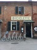 Toon fietsen die op de muur voor verkoop hangen Stock Fotografie