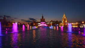 Toon gekleurde fonteinen stock video