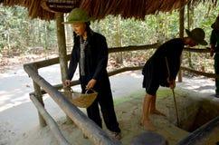 Toont de beeldje Vietnamese militair voor reiziger bij Cu-Chitunnels Stock Foto's
