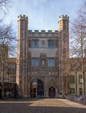 Toont de Grote Poort van de drievuldigheidsuniversiteit, Cambridge, het UK, Royalty-vrije Stock Foto