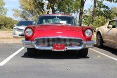 1957 toont Ford Thunderbird bij een auto Stock Afbeelding
