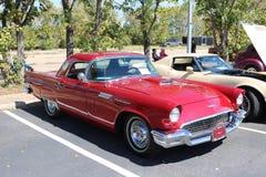 1957 toont Ford Thunderbird bij een auto Royalty-vrije Stock Afbeelding