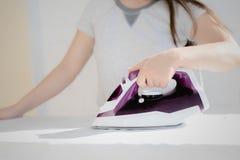 Toont het proces om kleren Te strijken stock afbeeldingen