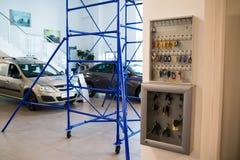 Toonzaal en auto Lada van het handel drijven Gusar van fabriek Avtovaz binnen Stock Fotografie