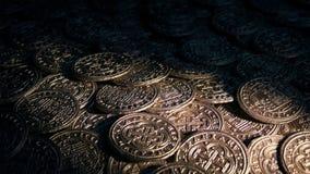 Toortslichten op stapel van gouden muntstukken stock videobeelden