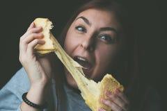 Toost en kaas - gebakken toost met uitgerekte kaas royalty-vrije stock afbeelding