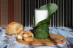 Toost en melk in een glas op een dienblad van bamboe Ecoproduct voor dieet en gezonde voeding stock foto