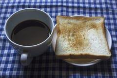 Toost en Zwarte Koffie in Glas stock fotografie