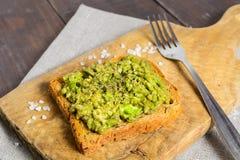 Toost met avocado en zout Royalty-vrije Stock Foto's
