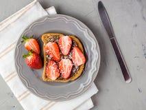 Toost met chocolade en aardbei, Enige sandwich met chocoladekaas op witte plaat, hoogste mening royalty-vrije stock afbeeldingen