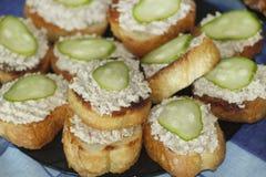 Toost met de lever en de komkommers van de kabeljauw Royalty-vrije Stock Afbeelding