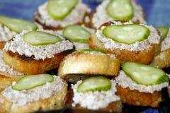 Toost met de lever en de komkommers van de kabeljauw Stock Foto's