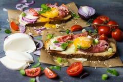 Toost met eieren en groenten Stock Foto's