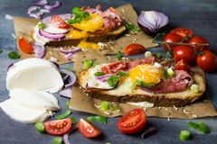 Toost met eieren en groenten Stock Afbeeldingen