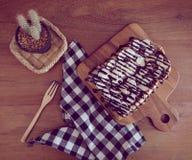 Toost met gesneden bananen, noten, chocolade en karamel wordt bedekt die sy Royalty-vrije Stock Afbeelding
