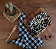 Toost met gesneden bananen, noten, chocolade en karamel wordt bedekt die sy Royalty-vrije Stock Fotografie